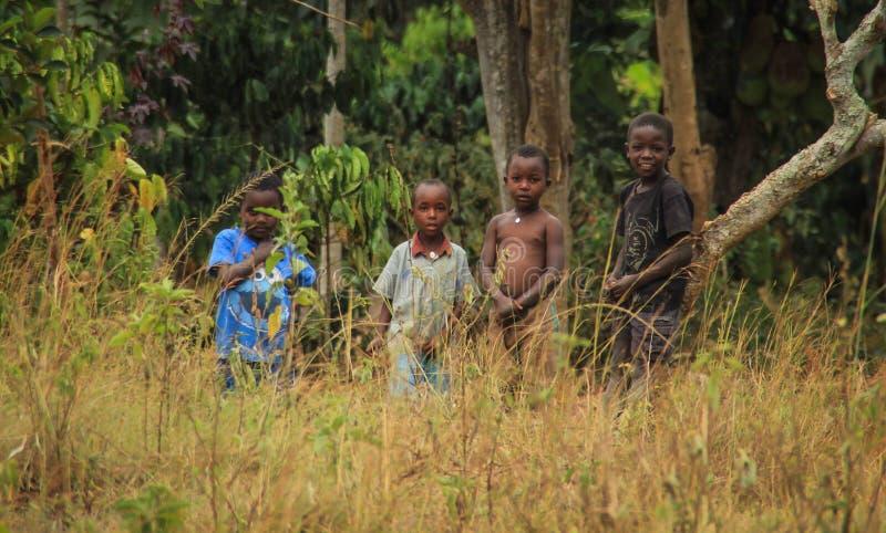 Juego de niños africano del pueblo cerca de sus hogares en el suburbio de Kampala imagen de archivo libre de regalías
