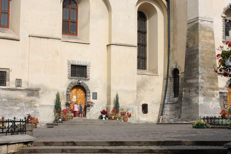Juego de niños cerca de la escuela católica imagen de archivo libre de regalías