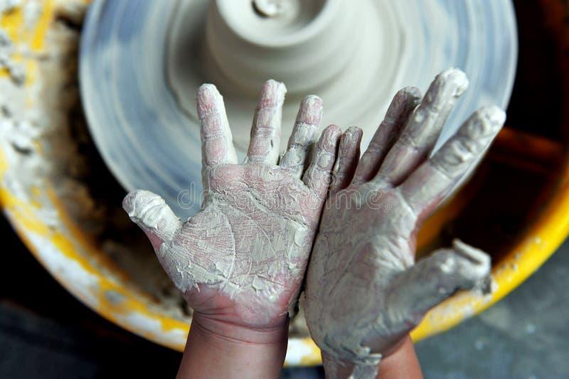 Juego de niños con cerámica fotos de archivo libres de regalías