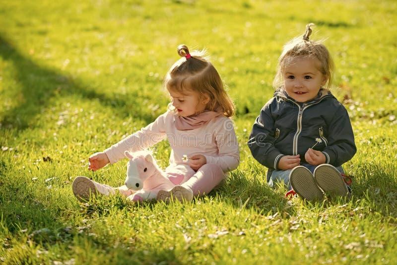 Juego de niños divertido con unicornio Familia, amor, confianza fotografía de archivo