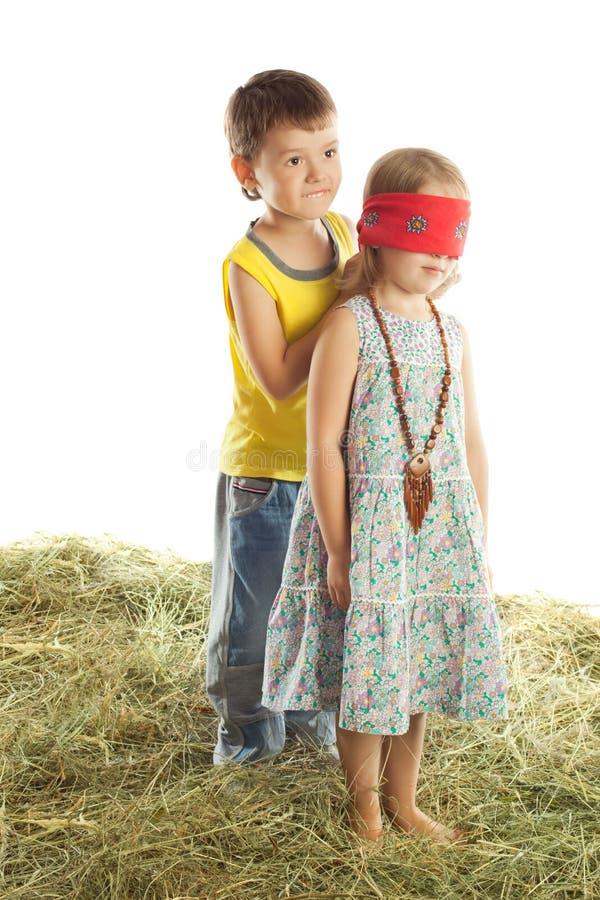 Juego de niños en el heno imágenes de archivo libres de regalías