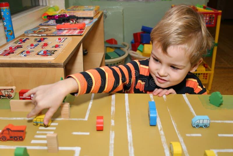 Juego de niños en jardín de la infancia imagen de archivo libre de regalías