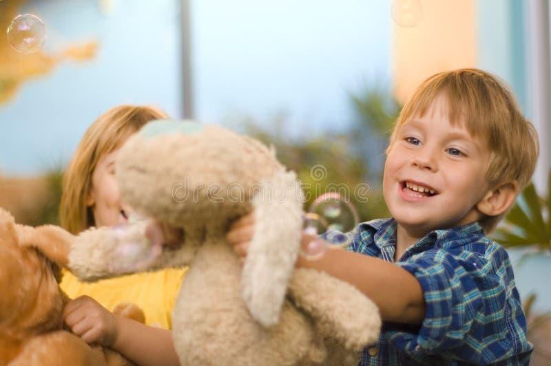 Juego de niños feliz al aire libre foto de archivo