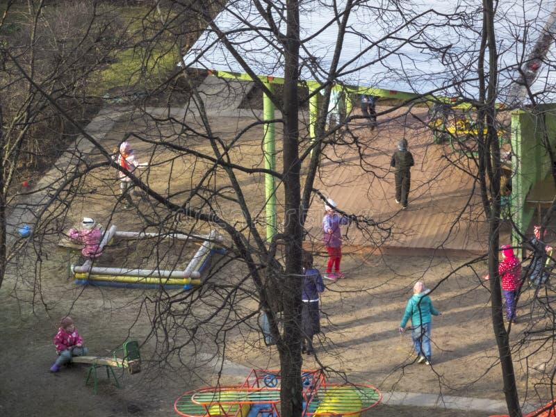 Juego de ni?os en la yarda kindergarten fotografía de archivo libre de regalías