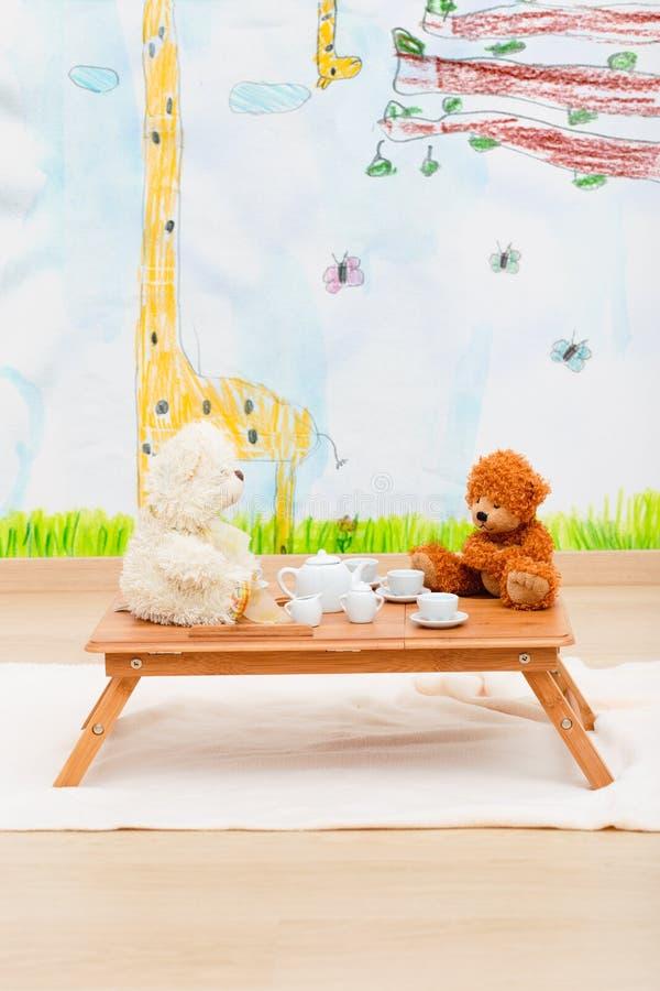 Juego de té de Childs dispuesto en la pequeña tabla fotos de archivo