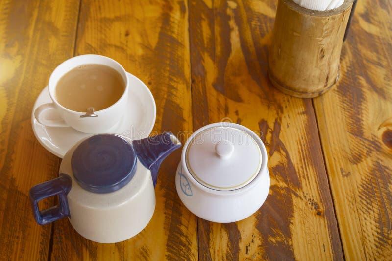 Juego de té indio tradicional con el masala chai imagen de archivo