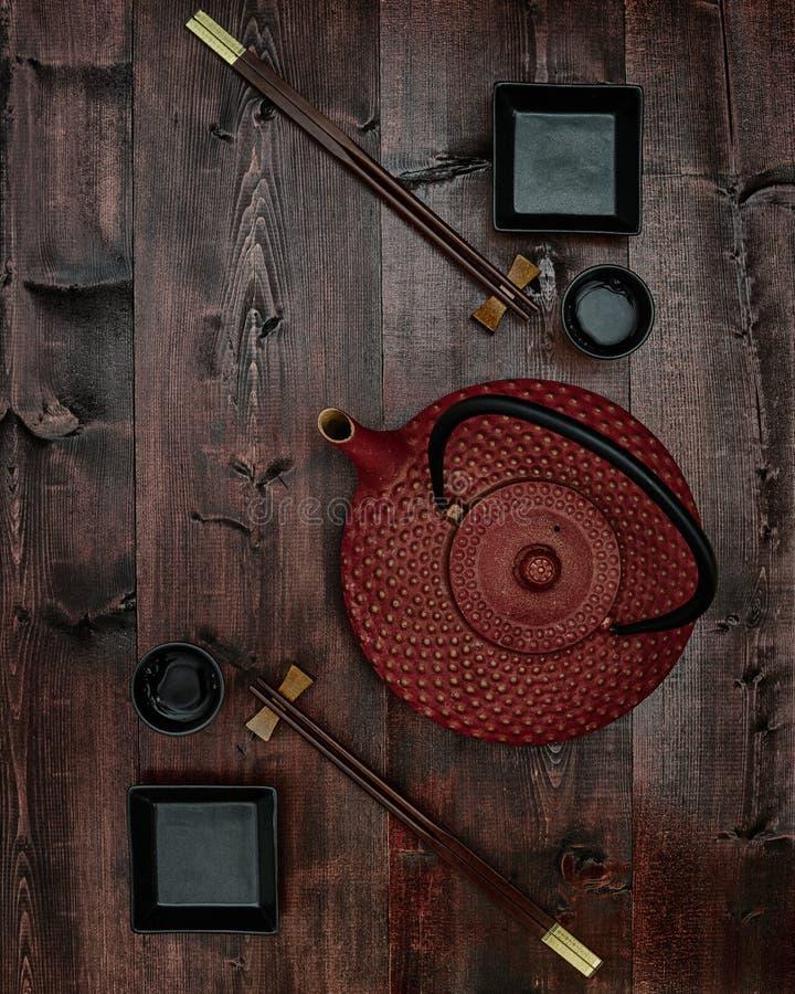 Juego de té simétrico en superficie de madera foto de archivo libre de regalías