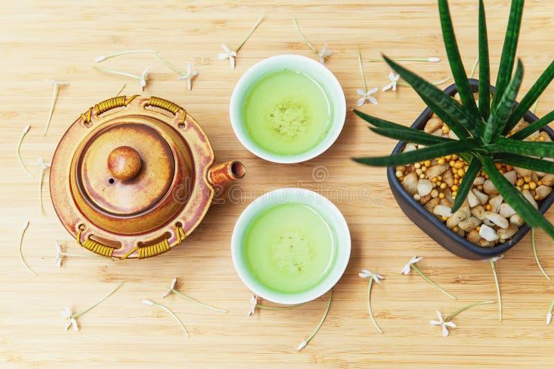 Juego de té verde en la tabla de madera en tradicional japonés imagen de archivo libre de regalías