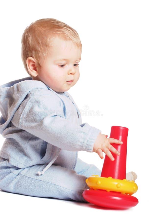 Juego del bebé con el juguete rojo foto de archivo libre de regalías