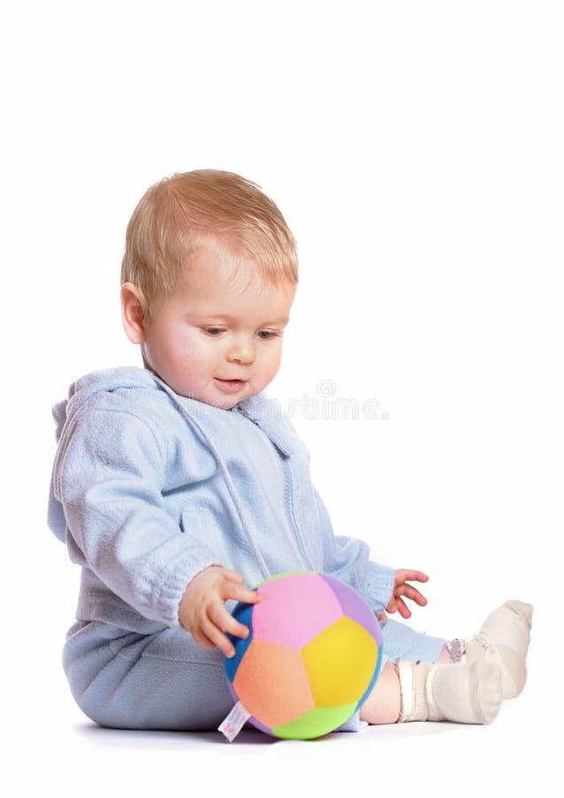 Juego del bebé con la bola fotografía de archivo