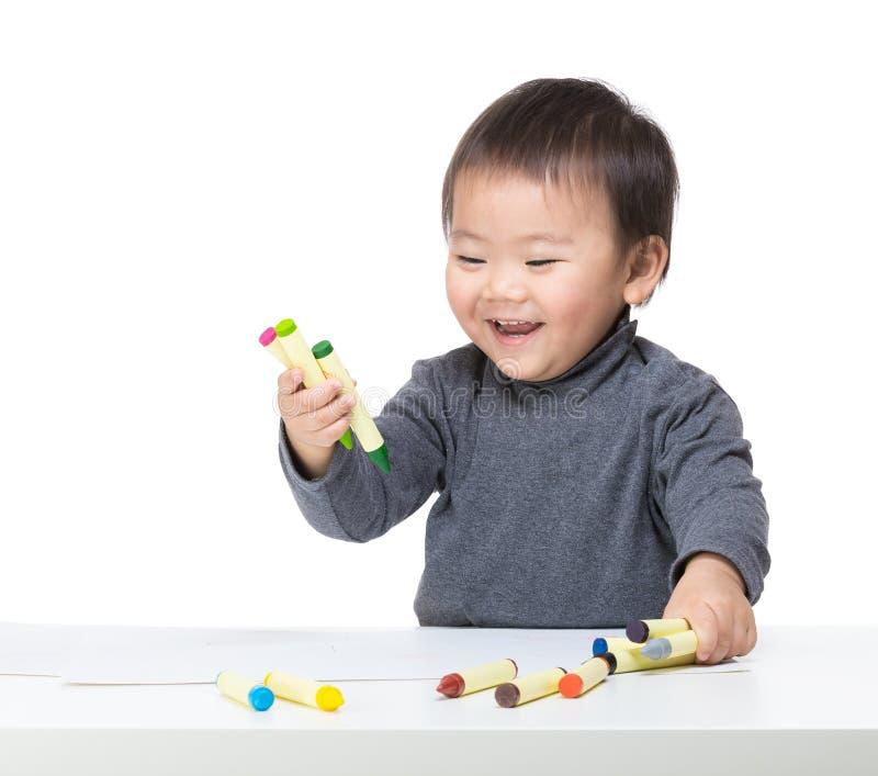 Juego del bebé de Asia con el creyón imagenes de archivo