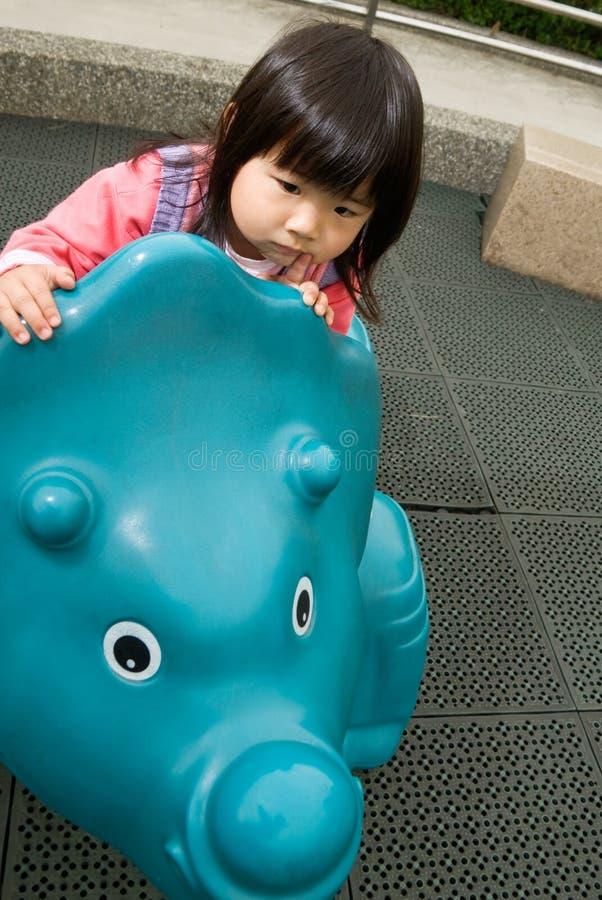 Juego del bebé en parque fotos de archivo