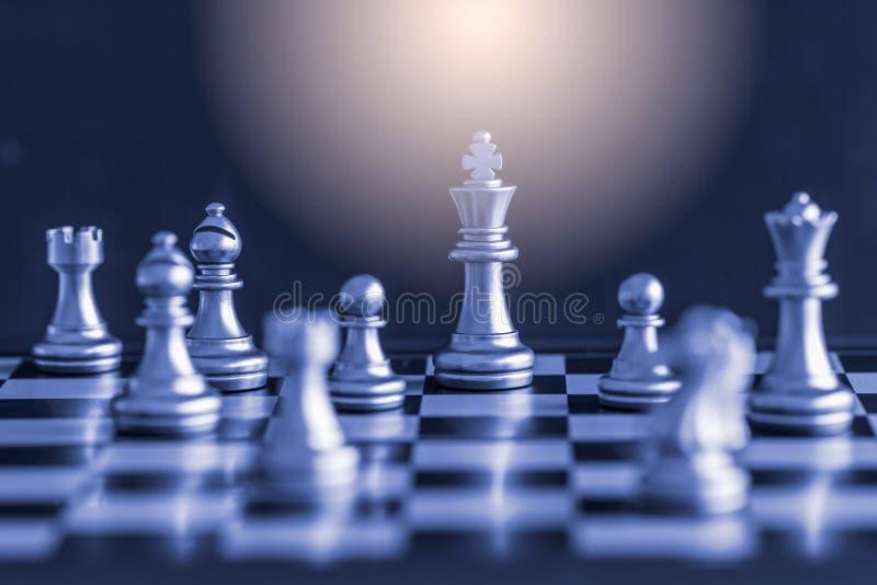 Juego del desafío de la inteligencia de la batalla del ajedrez de la estrategia en el tablero de ajedrez foto de archivo libre de regalías
