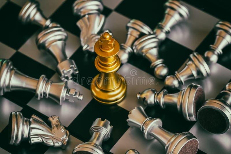Juego del desafío de la inteligencia de la batalla del ajedrez de la estrategia en el tablero de ajedrez imagen de archivo
