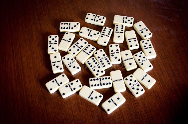Juego del dominó en la tabla de madera imágenes de archivo libres de regalías
