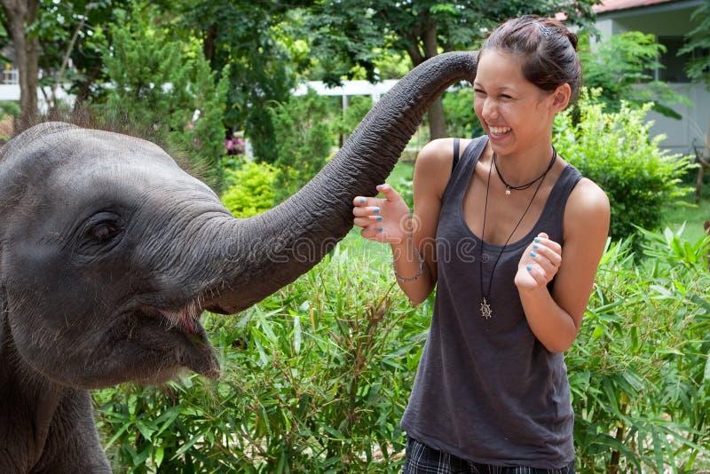 Juego del elefante del bebé con el adolescente femenino imágenes de archivo libres de regalías