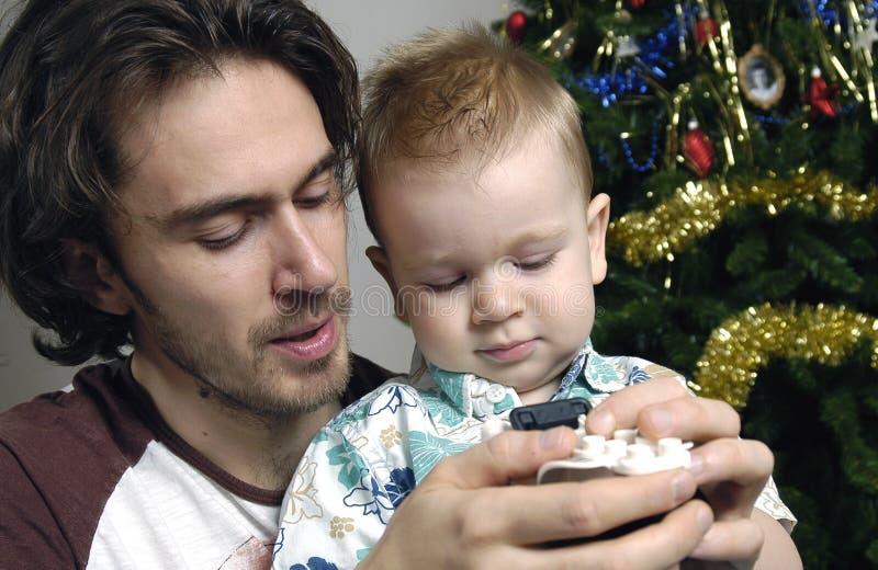 Juego del hijo y del padre con los juguetes fotos de archivo libres de regalías