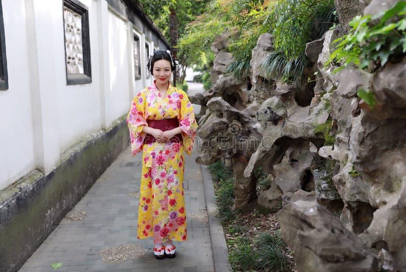 Juego del kimono de la mujer que lleva del geisha japonés asiático tradicional de la novia en un graden imagen de archivo libre de regalías