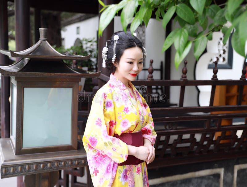 Juego del kimono del geisha japonés asiático tradicional de la mujer que lleva en un graden imágenes de archivo libres de regalías