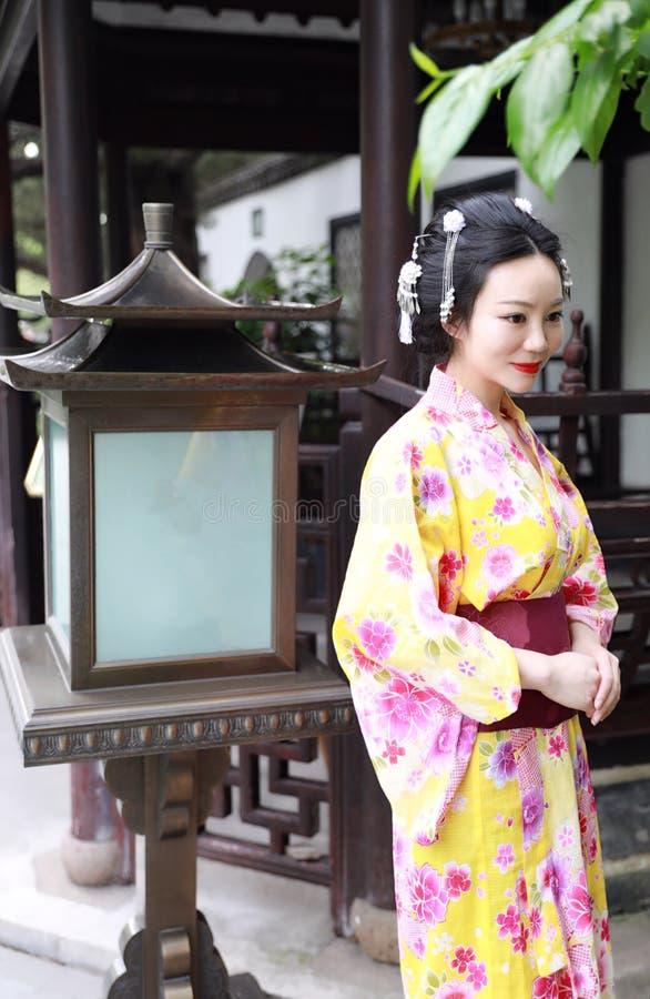 Juego del kimono del geisha japonés asiático tradicional de la mujer que lleva en un graden fotografía de archivo libre de regalías