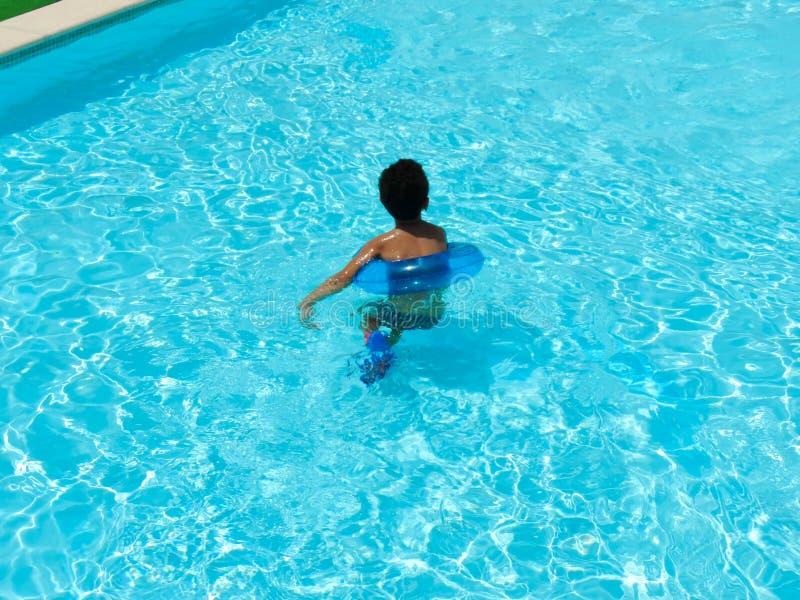 Juego del muchacho en la piscina con la máscara foto de archivo libre de regalías