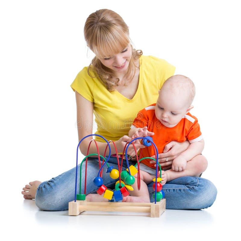 Juego del niño y de la madre con el juguete educativo foto de archivo libre de regalías
