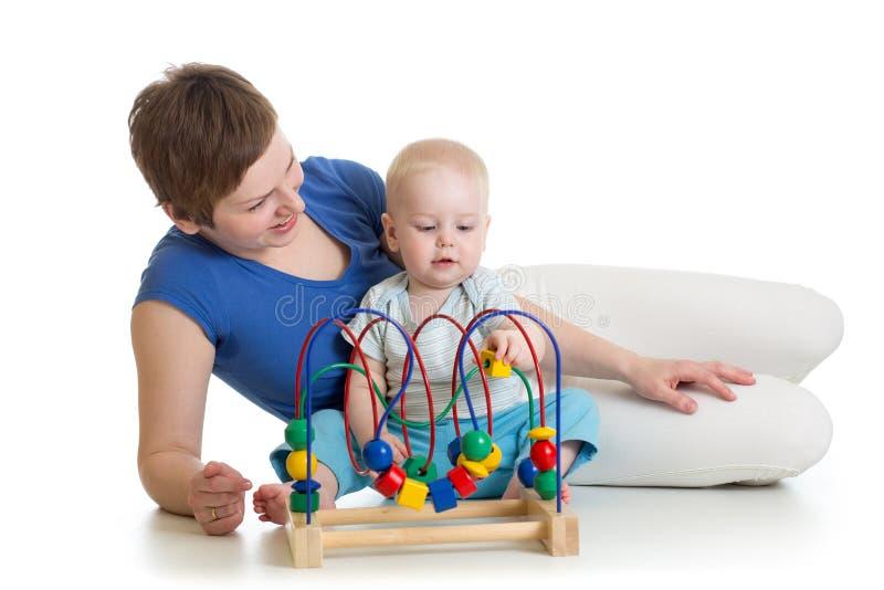 Juego del niño y de la madre con el juguete educativo fotografía de archivo