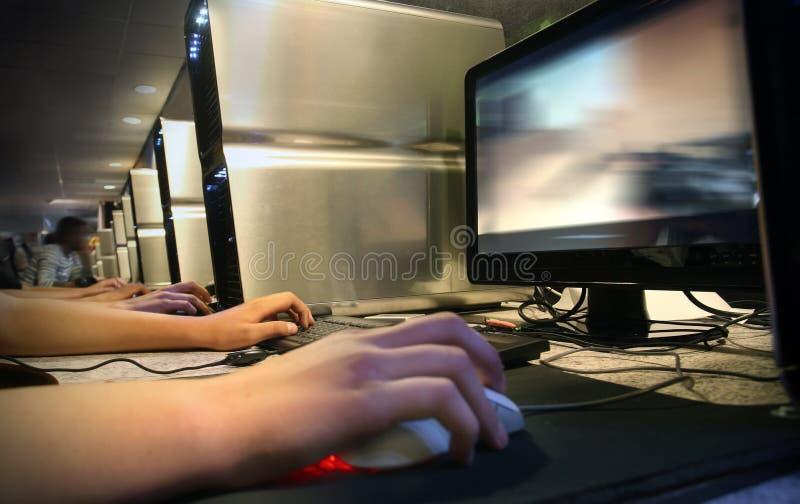 Juego del ordenador en el café del Internet fotografía de archivo libre de regalías