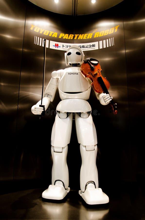 Juego del robot en el violín en el museo conmemorativo de Toyota de la industria y de la tecnología imágenes de archivo libres de regalías