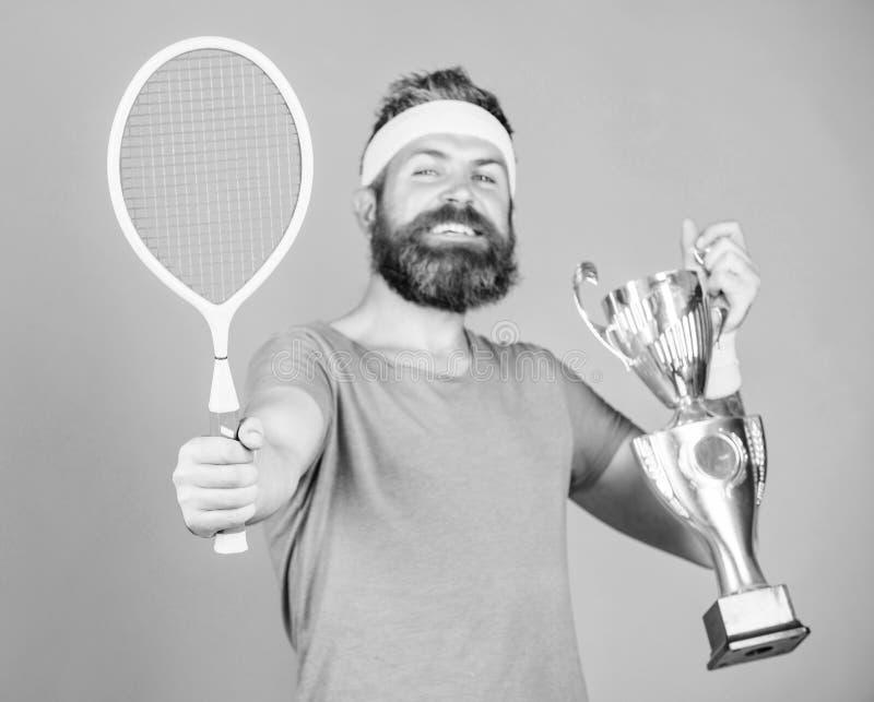 Juego del tenis del triunfo Ning?n jugador puede caminar en corte contra m? y se siente confiado Equipo barbudo del deporte del d fotografía de archivo libre de regalías