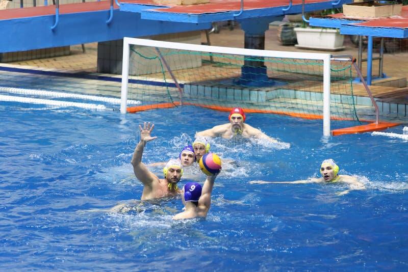 Juego delante de la meta en partido en water polo imagen de archivo libre de regalías