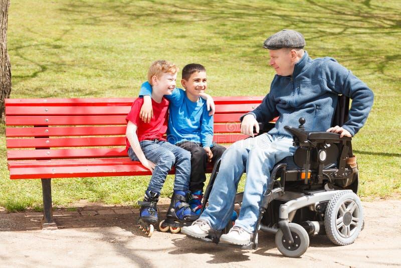 Juego discapacitado del papá con los hijos imagen de archivo libre de regalías