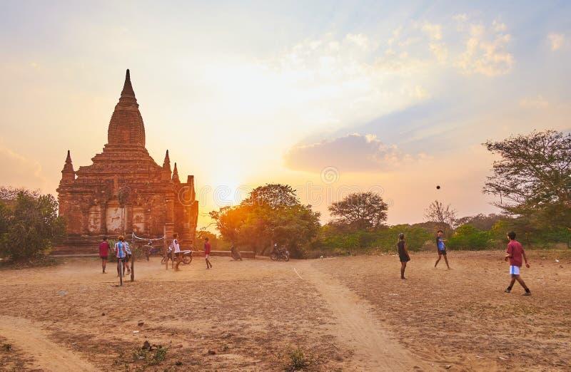 Juego en el templo antiguo, Bagan, Myanmar de Caneball imagen de archivo