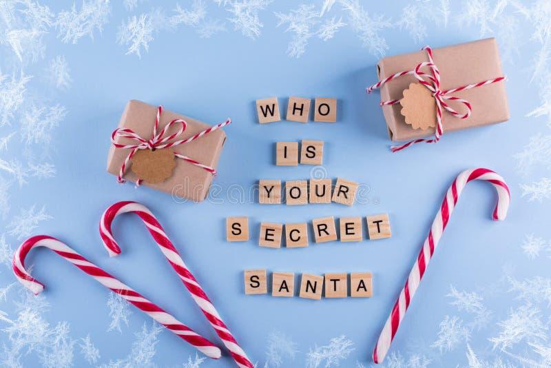 Juego secreto de la Navidad de Papá Noel Cajas de regalo envueltas con el bastón de caramelo de las notas en copyspace en colores foto de archivo libre de regalías