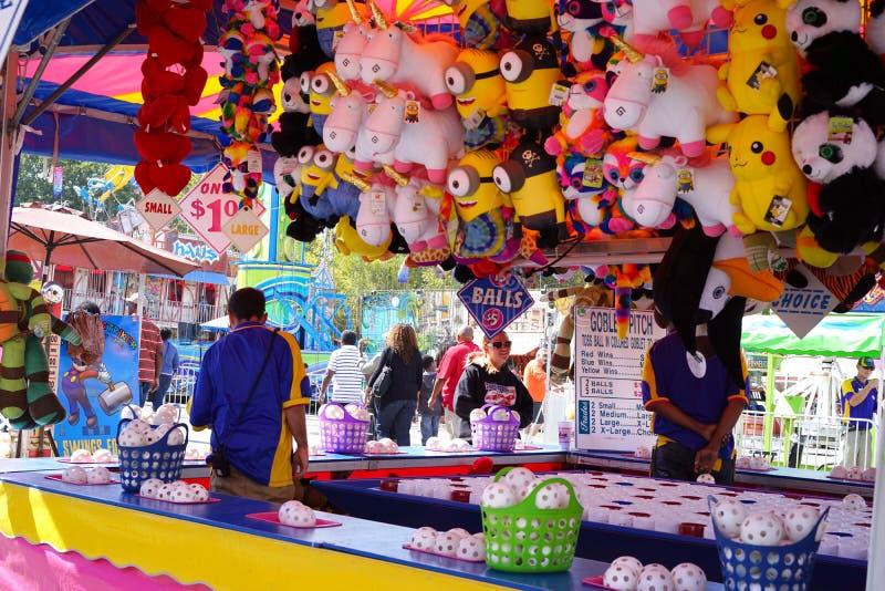 Juego y premios del carnaval del lanzamiento de la bola fotografía de archivo