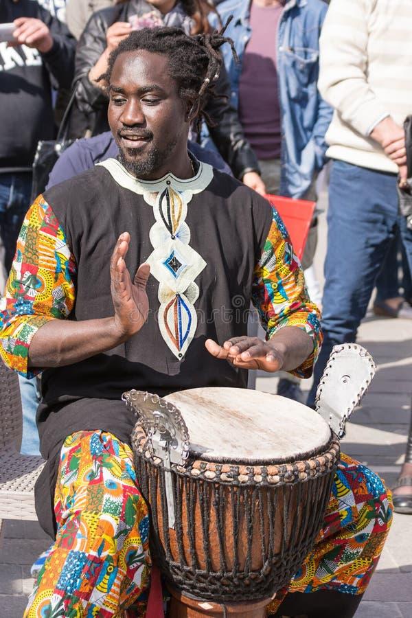 Juegos africanos del percussionist en la calle fotos de archivo