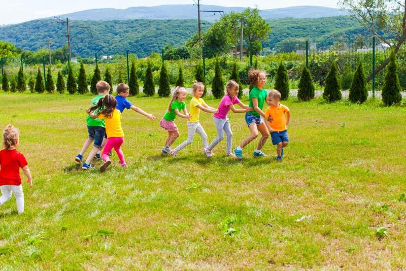 Juegos al aire libre del campamento de verano de los niños fotografía de archivo libre de regalías