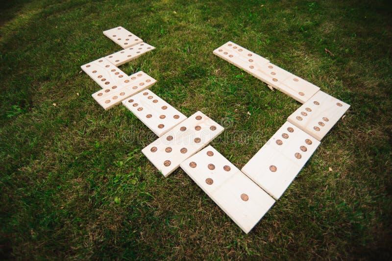 Juegos al aire libre - dominós, juego al aire libre gigante en hierba verde imagen de archivo