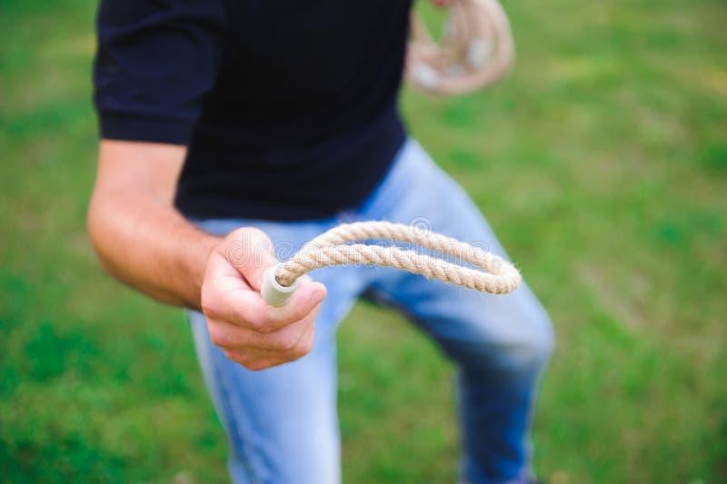 Juegos al aire libre - individuo que juega lanzamiento del anillo en un parque fotos de archivo
