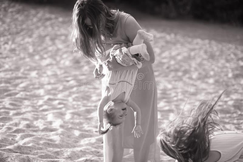 Juegos de la madre con su pequeña hija fotos de archivo