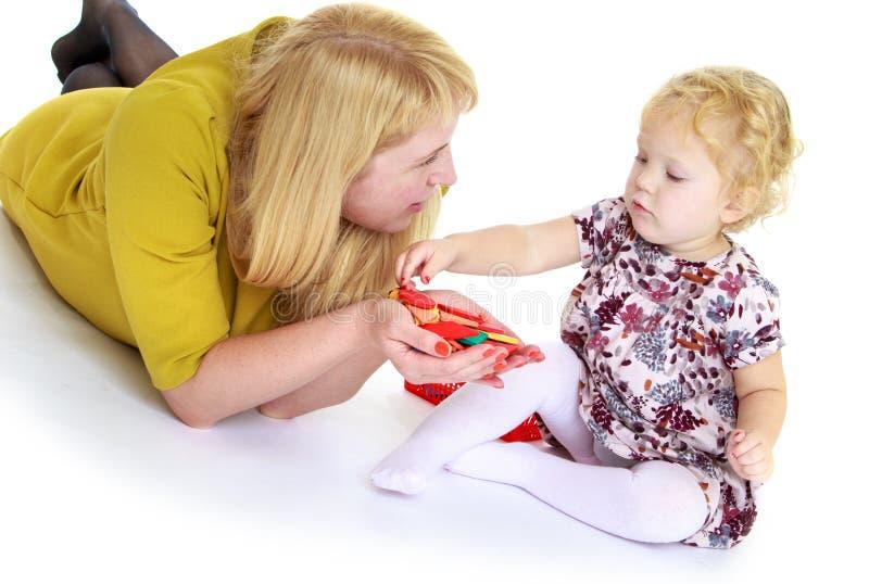 Juegos de la mamá con su pequeña hija foto de archivo libre de regalías