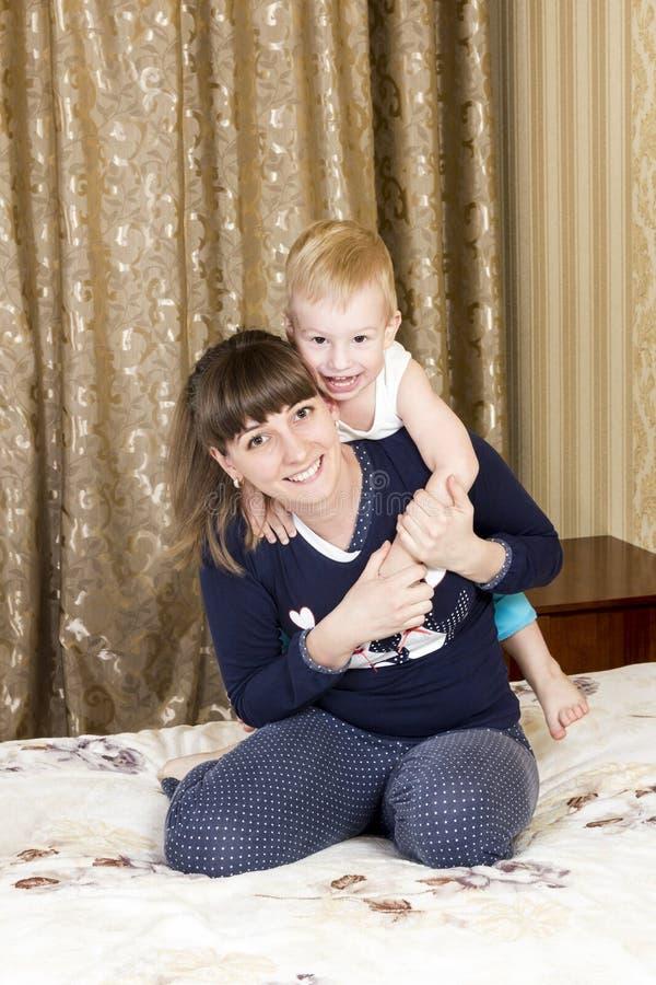 Juegos de la mama con el hijo foto de archivo libre de regalías