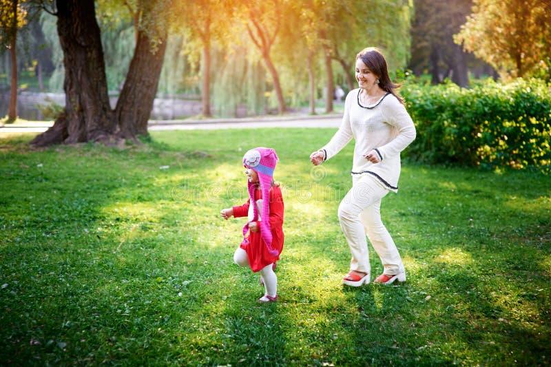 Juegos de la mama con su hija fotos de archivo libres de regalías