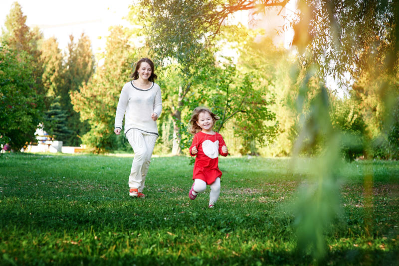 Juegos de la mama con su hija imagenes de archivo