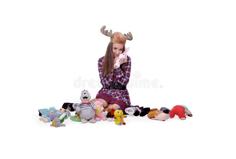 Juegos de la muchacha con muchos juguetes fotos de archivo libres de regalías