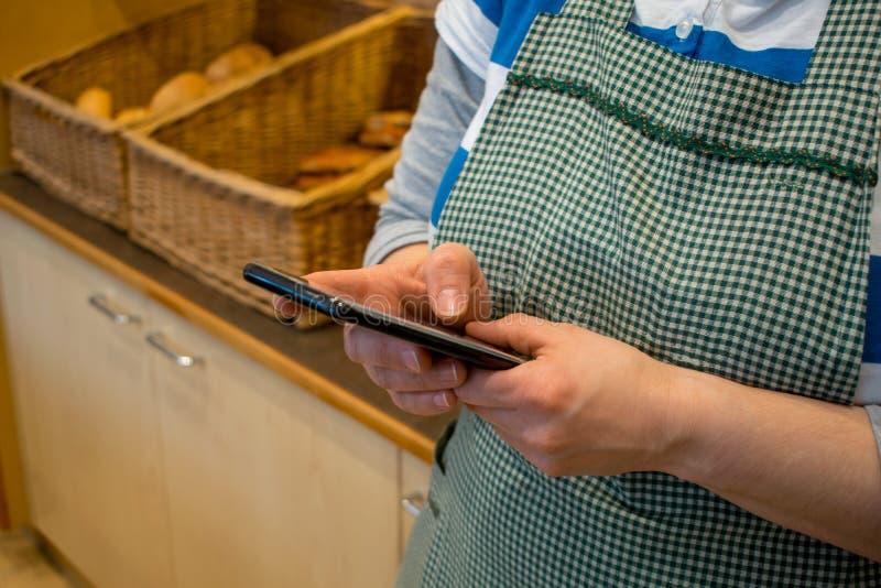 Juegos de la mujer con el smartphone mientras que trabaja fotos de archivo libres de regalías