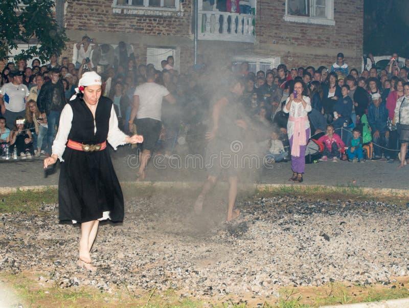 Juegos de Nestinar en los carbones calientes en el pueblo de Bulgari, Bulgaria foto de archivo