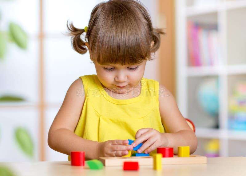 Juegos de niños con el juguete colorido de la educación foto de archivo