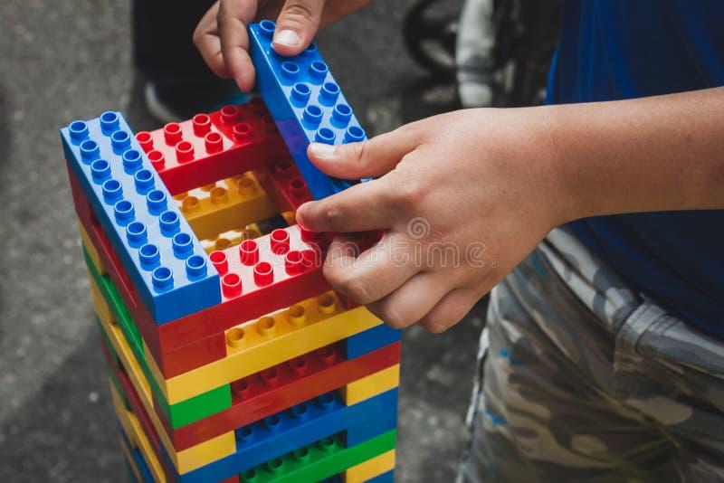 Juegos de niños con los ladrillos de Lego en Milán, Italia imágenes de archivo libres de regalías