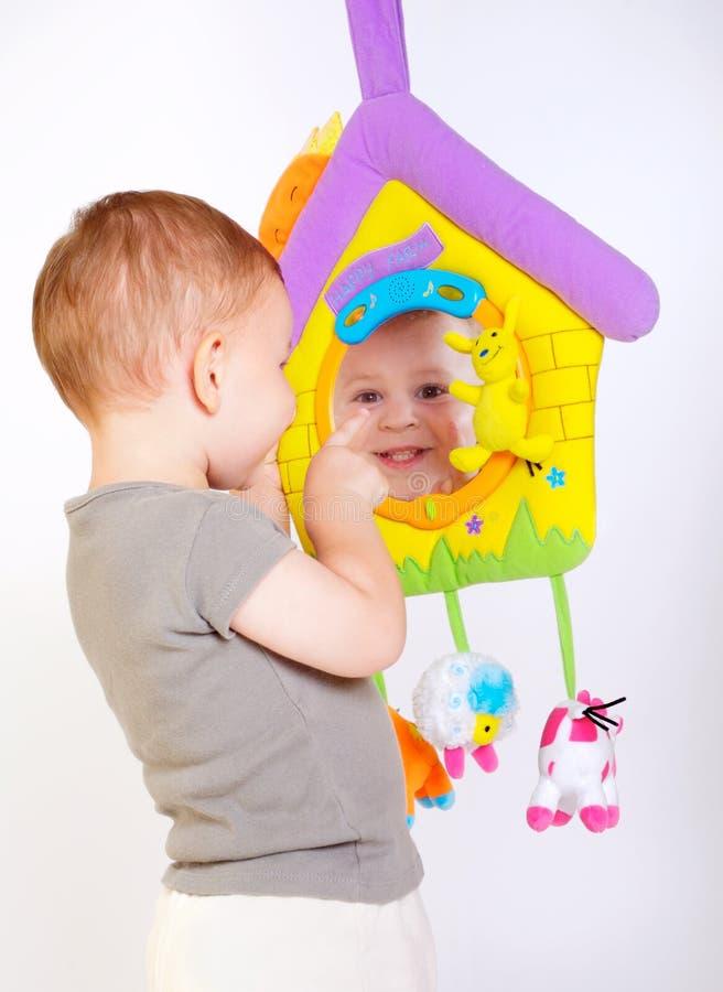 Juegos del bebé con los juguetes fotos de archivo libres de regalías